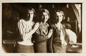 Fira Mełamedzon (w środku) z ekspedientkami w składzie konfekcji męskiej Mełamedzonów przy Starym Rynku. Poznań 1933