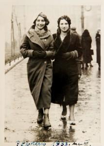 Fira Mełamedzon (z lewej) z koleżanką na placu Wolności. Poznań, grudzień 1933