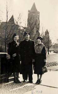 Fira Mełamedzon, Adek Engel i Pola Mełamedzon w parku przed Teatrem Wielkim. Poznań, marzec 1938
