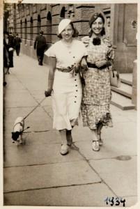 Fira Mełamedzon z Polką Julią Kluz, mamą Geni, jej szkolnej przyjaciółki. Poznań, ul. F. Ratajczaka przy Bibliotece Uniwersyteckiej, 1934