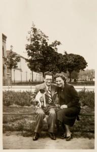 Marek Lewkowicz, ekspedient w składzie Mełamedzonów z żoną Marylą przed Rzeźnią Miejską przy ul. Tama Garbarska (dziś Garbary). Poznań 5 czerwca 1938