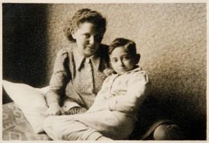 """Maryla Lewkowicz z Niutkiem w domu. Na odwrocie fotografii: """"Maryla przeziębiona"""". Poznań  21 stycznia 1938"""