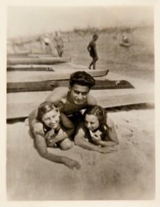 Fira Mełamedzon, jej chłopak Maks Brandt i i ich przyjaciółka Mira Lederówna na plaży w Orłowie, lato 1934