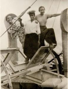 """Mira Lederówna i jej koleżanka Madzia Einstein z jednym z marynarzy na statku wycieczkowym SS """"Gdynia"""". Wakacje w Orłowie, lato 1936"""