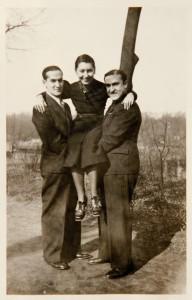 Studenci Uniwersytetu Poznańskiego Józio Lustig z Osielska pod Bydgoszczą i Adek Lewin z Kutna trzymają na rękach Firę Mełamedzon. Spacer nad Wartą w kierunku Szeląga, Poznań 14 marca 1937