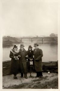 Mira Lederówna, Józio Lustig, Fira Mełamedzon i Adek Lewin podczas spaceru nad Wartą. Na fotografii w tle widać most kolejowy przy ul. Tama Garbarska (dziś Garbary) i fragment portu rzecznego. Poznań, listopad lub grudzień 1936