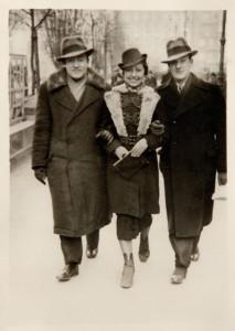 Adek Lewin, Fira Mełamedzon i Józio Lustig na placu Wolności, w tle widać Hotel Bazar. Poznań, 17 stycznia 1937