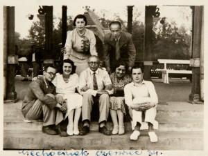 Zygmunt Bluman z Warszawy i Elen Caspari spod Zbąszynia (siedzą od lewej), Rachela Mełamedzon, mama Firy (stoi nad nimi) ze znajomymi w kurorcie. Ciechocinek, czerwiec 1934