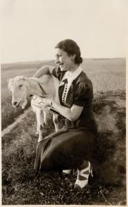 Fira Mełamedzon na polu pod Brzezinami koło Łodzi, gdzie mieszkali jej dziadkowie i rozgałęziona rodzina. Maj 1937
