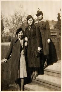 Fira Mełamedzon, jej mama Rachela i przyjaciółka Basia Pik przed siedzibą Starostwa Powiatowego przy Wałach Leszczyńskiego (dziś al. Niepodległości). Po prawej w głębi widać budynek Gimnazjum Sióstr Urszulanek. Poznań 9 kwietnia 1939, pierwszy dzień Wielkanocy