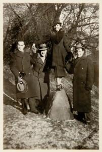 Fira Mełamedzon z przyjaciółmi studentami: Józiem Lustigiem, Adkiem Lewinem i Adkiem Engelem w okolicy Teatru Wielkiego. Poznań, styczeń 1937