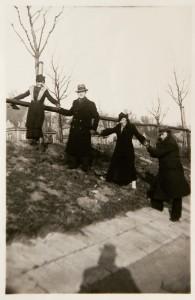 Przyjaciele Fira Mełamedzon, Józio Lustig, Elen Caspari i Adek Lewin na spacerze nad Wartą, w tle widać domy przy Szelągowskiej. Poznań 17 stycznia 1937
