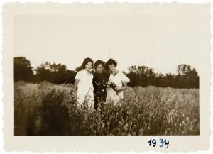Pierwsza z lewej Balka Auerbach, koleżanka Firy z kursów maturalnych, pozostałe osoby NN. Okolice Poznania, 1934