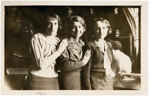 Fira Mełamedzon między dwoma sprzedawczyniami, które krótko pracowały w interesie Mełamedzonów przy Starym Rynku 64. Poznań 1933