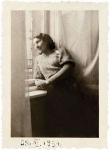 Fira Mełamedzon w jednym z okien ich mieszkania przy ul. Wronieckiej 12. To jedyna fotografia ze zbiorów wykonana we wnętrzu mieszkania Mełamedzonów. Poznań, 28 marca 1934