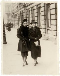 Fira Mełamedzon z mamą Rachelą na Al. Marcinkowskiego przy poczcie. Poznań, listopad 1937