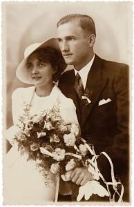 """Podpis Firy Mełamedzon zrobiony w starości na odwrocie fotografii: """"To jest ślubne zdjęcie siostry naszej pracownicy i mej przyjaciółki Wali Styżyńskiej. To dowód, jaki dobry stosunek i atmosferę zaprowadził mój tatuś, szef, w pracy"""". Poznań, wrzesień 1937"""